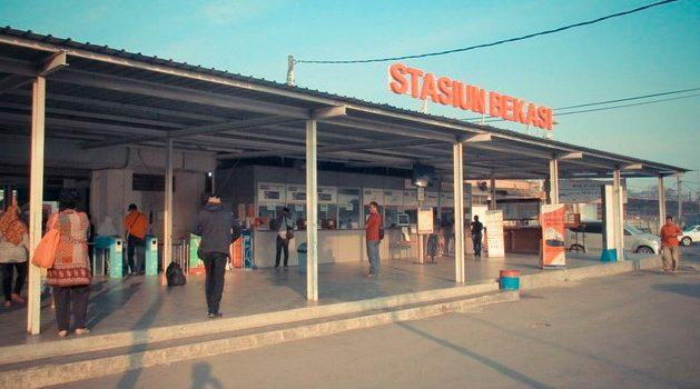 cetak tiket kereta api di stasiun bekasi